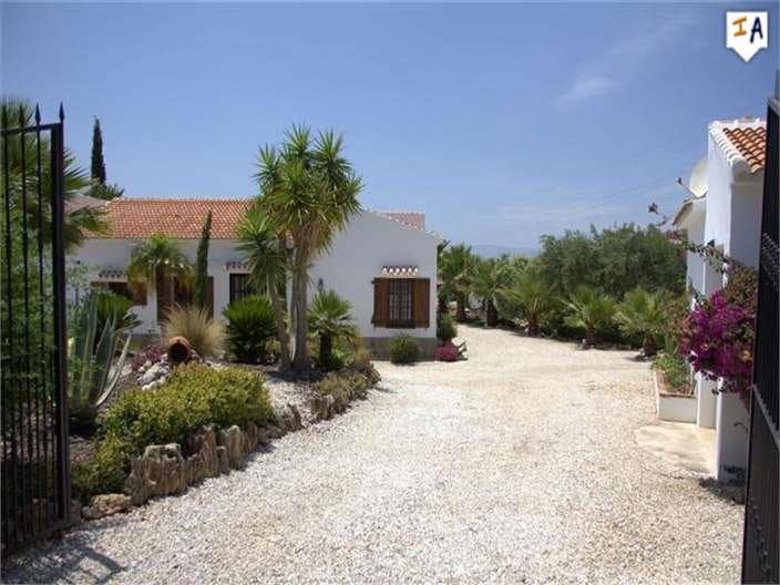 4 bedroom Villa for sale in Alcaucin with pool - € 399,995 (Ref: 4655602)