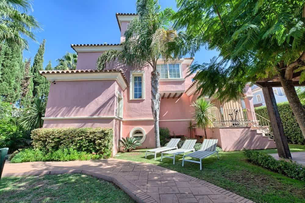 6 bedroom Semi-detached Villa for sale in San Pedro de Alcantara - € 1,295,000 (Ref: 4741575)