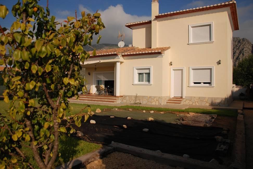Chalet de 4 habitaciones en Beniarbeig en venta con garaje - 375.000 € (Ref: 4003487)