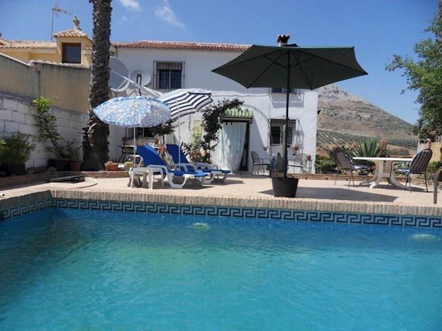 4 soverom Kjedet enebolig til salgs i Villanueva de la Concepcion med svømmebasseng garasje - € 228 000 (Ref: 2749877)