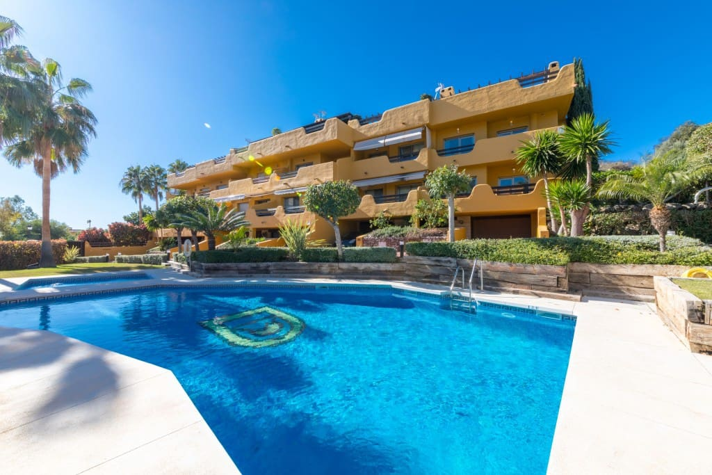 2 bedroom Townhouse for sale in Marbella with pool garage - € 385,000 (Ref: 5035566)