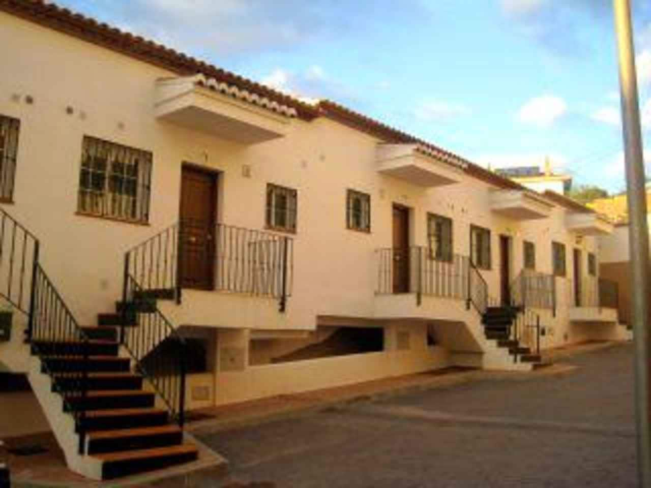 2 bedroom Townhouse for sale in Alcaucin with pool - € 162,000 (Ref: 3146310)