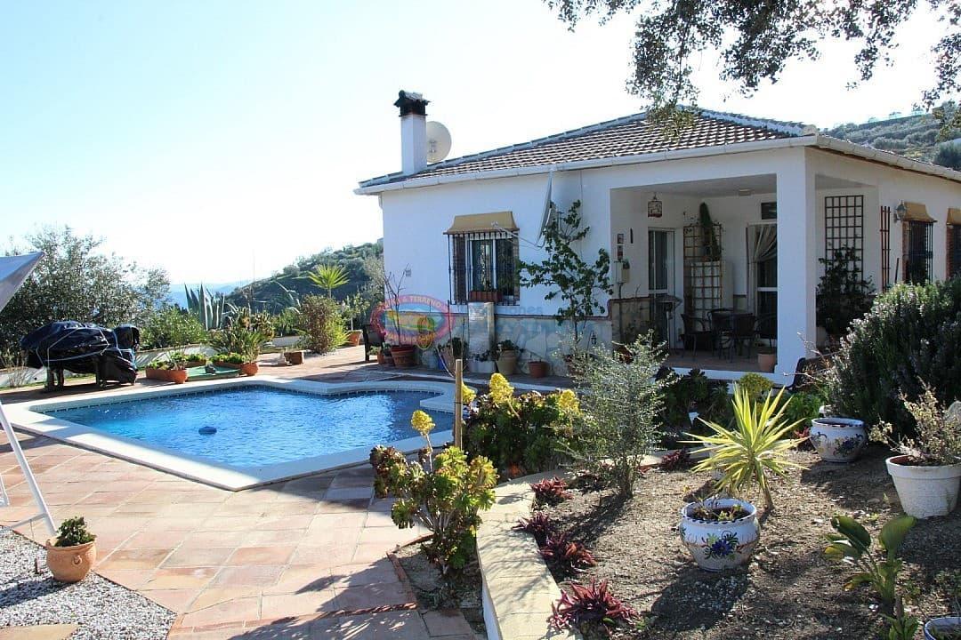 3 bedroom Villa for sale in Alcaucin with pool - € 265,000 (Ref: 4453830)