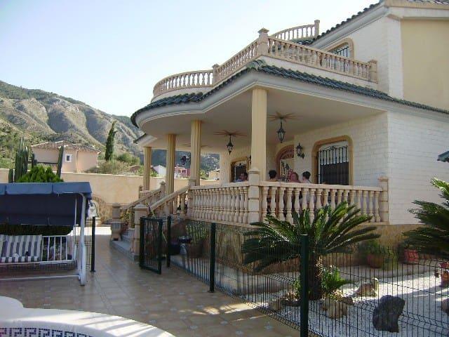 Chalet de 3 habitaciones en Orihuela en venta con piscina garaje - 1.575.000 € (Ref: 3265628)