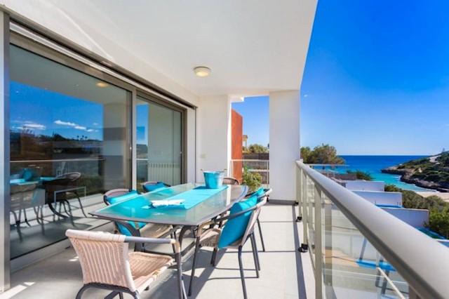 3 slaapkamer Penthouse te huur in Cala Mandia met zwembad - € 3.500 (Ref: 3756990)